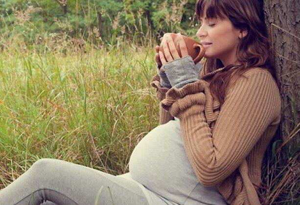 беременная девушка с чашкой