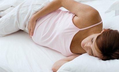 беременная женщина лежит в постели