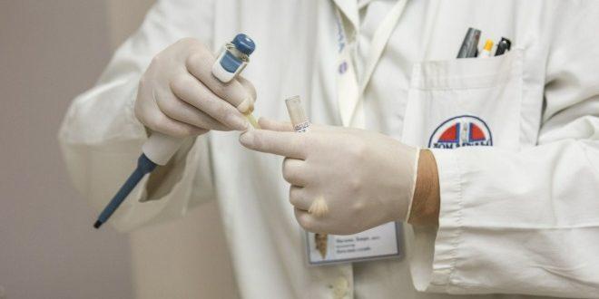 врач берет кровь на исследование